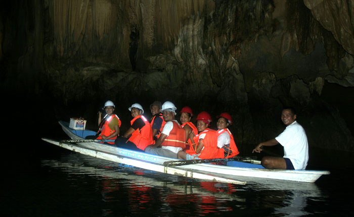 Image - A boat of tourists on Palawan underground river